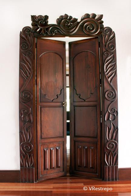 C mo restaurar puertas en madera - Como barnizar una puerta de madera ...