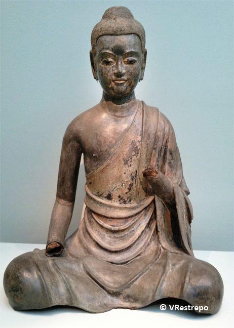 Bodhisattva: Madera con laca, oro, cobre y cristal.