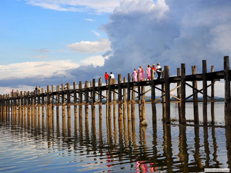 U Bein el puente peatonal fabricado en madera teca